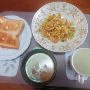 朝:チャーハン、トースト、味噌汁&野菜ジュース 昼:学食のかき揚そば&白身魚フライ 夜:卵御飯、餃子、カレー、ピーマンとシシトウの葉の佃煮、焼き椎茸&ワラビのお浸し