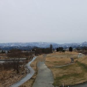 雪のない米沢の街を、工学部キャンパスより万里橋経由自宅へ
