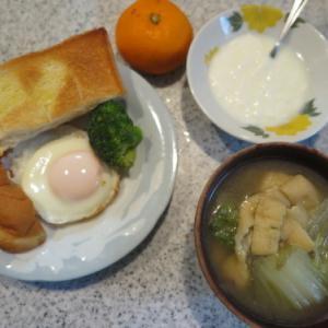 朝:ブロッコリー添え目玉焼き、トースト・半ドーナツ&味噌汁 昼:焼きそば 夜:くら寿司の天丼&宇治金時のふあふあかき氷