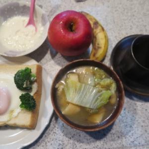 朝:ブロッコリー添え目玉焼き載せトースト、味噌汁&ヨーグルト 昼:昆布🍙&鮭🍙 夜:山菜御飯、野菜煮込みスープ&冷奴