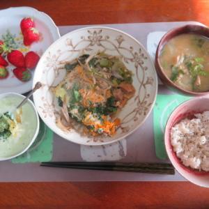 朝:卵とじ野菜、ヨーグルト&味噌汁 昼:わさびいなり寿司、焼鳥ももタレ&ハッシュドポテト 夜:自家製餃子、鰯缶詰め・煮大根・ブロッコリー&焼酎水割り
