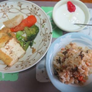 朝:ロールキャベツ&卵御飯 昼:ファミチキ骨なし、鮭🍙&飲むヨーグルト 夜:ロールキャベツ&卵御飯