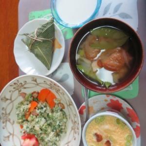朝:刻みパセリ入りチャーハン、竹の子入り茶わん蒸し、味噌汁&笹巻 昼:ブルーノートのハンバーグカレー 夜:自家製鶏むね肉入りカレーライス&笹巻