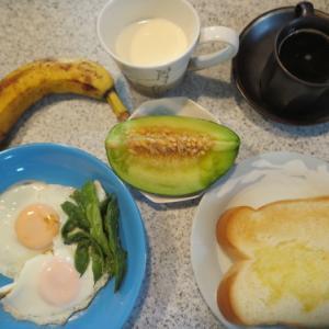 朝:ダブル目玉焼き、メロン、バナナ、トースト&コヒー 昼:冷やしソーメン、ステーキ&庄内メロン 夜:あさり御飯、牛肉・野菜・目玉焼き煮込み、キュウリ浅漬け&西瓜