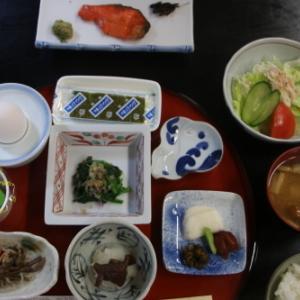 朝:大平温泉 滝見屋の朝食 昼:いなり寿司&薄皮茄子の漬物 夜:薄皮茄子漬、茄子のチーズ包、キュウリ煮、納豆&もずく