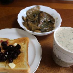 朝:ブルベリージャムトースト、野菜ジュース&茄子の味噌煮 昼:五目御飯に目玉焼きとじ、まぐろ刺身 夜:あたご食堂のかつ重