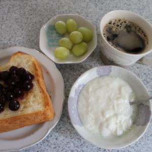 朝:ブルーベリートースト、ヨーグルト、マスカット&コヒー 昼:蓼の板そば&天ぷら 夜:刺身づくし御飯