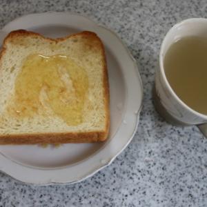 朝:蜂蜜添えホテルブレッド&白桃ジュース 昼:シャインマスカット&梅花堂プリン夜:芋煮汁、茄子と野菜の味噌炒め&りんご