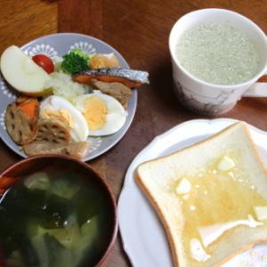 朝:豚肉・サーモン・卵・蓮根・果物の盛り合わせ、トースト、味噌汁&野菜ジュース 昼:生寿司、サーモン刺身、ゆで卵、ブドウ&豆乳抹茶 夜:ちらし寿司、おはぎ&ゴマ、茄子&ピーマンの肉詰め&うどん