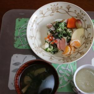 朝:目玉焼きセット、味噌汁&野菜ジュース 昼:焼鳥ももタレ、アメリカンドッグ、特濃豆乳&サバスミルクプロテインヨーグルト 夜:五目ちらし、焼鯖&具沢山トマトスープ