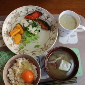 朝:卵焼き、焼鮭、卵ご飯、味噌汁&野菜ジュース 昼:焼鳥ももタレ、アメリカンドッグ、コロッケ&サバス・プロテイン 夜:とんかつ・鰯フライ・茄子唐揚げ・牛蒡唐揚げ丼、サラダ&あけび