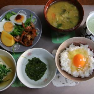 朝:サラダ、湯豆腐、めかぶ、卵御飯、味噌汁&野菜ジュース 昼:焼鳥ももタレ、アメリカンドッグ&サバス・ミルク・プロテイン 夜:助六寿司&永谷園のしじみ・わかめ味噌汁
