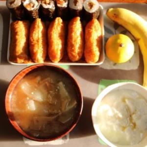 朝:干ぴょう巻き、いなり寿司、味噌汁、ヨーグルト、バナナ&みかん 昼:パンのアラカルト 夜:干ぴょう巻き、いなり寿司、味噌汁、ヨーグルト、バナナ&みかん