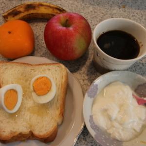 朝:ゆで卵添え・ホテルブレッド、ヨーグルト、果物&コーヒー 昼:天丼弁当、餃子 夜:鮟鱇汁、白身魚フライ
