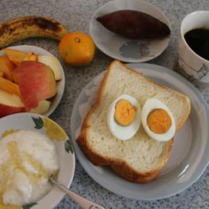 ~朝:トースト、🍠&コーヒー 昼:熊肉入り芋煮、イノシシの甘煮、オードブル、ウコギの煮物、タンポポの煮物&舞茸御飯夜:ビーフシチュー、あけび、豆腐、春菊の胡麻和え、お茶漬け&野菜ジュー