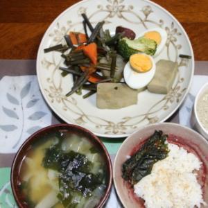 朝:高野豆腐煮、ゆで卵、わらび煮物、味噌汁&野菜ジュース 昼:ファミコロ、アメリカンドッグ、焼鳥ももタレ&サバス・ミルク・プロテイン 夜:ハンバーグステーキ、春巻き、サラダ、味噌汁&あけび
