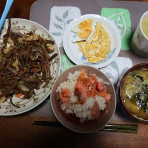 朝:鮭ご飯、わらび煮、ゆで・炒り卵、味噌汁&野菜ジュース 昼:サバスミルクプロテイン、アメリカンドッグ、焼鳥ももタレ&クリミール 夜:チャーハン&クリームシチュー