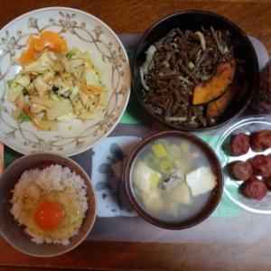 朝:牡蠣の味噌汁、野菜煮込み、わらび煮&野菜ジュース 昼:メロンパン、焼鳥ももタレ、アメリカンドッグ、ヨーグルト&お茶 夜:豚肉・大根煮&納豆