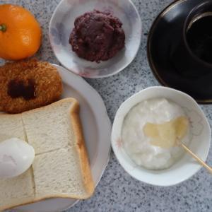 朝&昼:金の食パン・ゆで卵、コロッケ、おはぎ、ヨーグルト、みかん&コーヒー夜:焼き味噌🍙、納豆・じんたん餅、野菜炒め、餃子&鶏唐揚げ