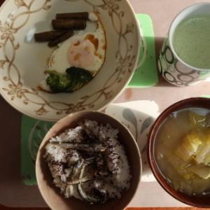 朝:目玉焼き、ゆかり・煮干しご飯、みそ汁&野菜ジュース 昼:メロンパン、焼鳥ももタレ、アメリカンドッグ&にごり旨味緑茶 夜: