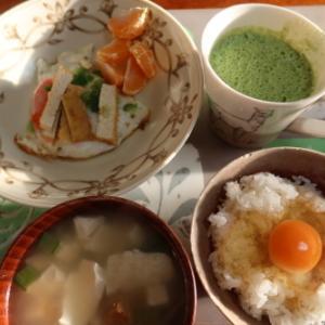 朝:目玉焼き、卵御飯、味噌汁&野菜ジュース 昼:メロンパン、焼鳥ももタレ、アメリカンドッグ&ポカリスウェット 夜:ヒレかつ丼・舞茸フライ添え、野菜煮込み&サラダ