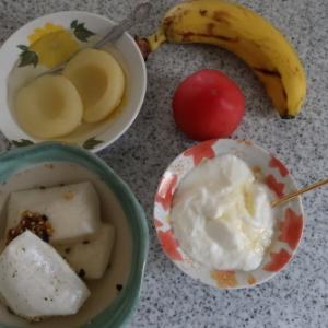 朝:鰯ふりかけ雑煮、白桃、オレンジ、バナナ&ヨーグルト 昼:チキンラーメン 夜:かつ庵のヒレカツ味噌ソース定食&あんみつアイスクリーム