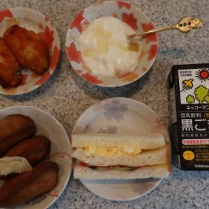 朝:稲荷寿司、たまご野菜サンド、鶏ピリ辛揚げ、ヨーグルト&黒ごま豆乳 昼:竹の子汁&おはぎ 夜:竹の子料理、茹でそら豆、春菊お浸し&鰯フライ