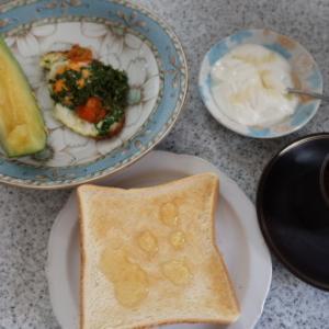 朝:目玉焼き、ヨーグルト、メロン、トースト&コーヒー 昼:大きいウィンナー、プロテインinストロベリーヨーグルト風味 夜:生寿司、じんたん餅&きんぴら