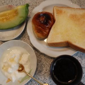朝:トースト、レーズンパン、コーヒー&ヨーグルト 昼:コロッケたまごドッグ、焼鳥ももタレ、バナナ&サバスミルクプロテイン 夜:鮭のり弁当、つき入り餅(あずき)&お煮しめ