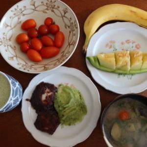 朝:つき入り餅、茄子の味噌汁、ミニトマト、野菜ジュース、バナナ&メロン 昼:メロンパン、ビタミンレモン、豆乳、バナナ&いちご氷 夜:喜多方ラーメン麺の自家製冷やし中華&バジルジュースのミニトマト