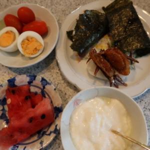 朝:海苔巻き焼餅、佃煮餅、ゆで卵、西瓜、トマト&ヨーグルト 昼:冷やしソーメン、茄子煮物、サラダ 夜:くら寿司、握り&海老天うどん