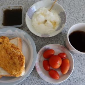 朝:卵焼き、トースト&コーヒー、もずく、ミニトマト、ヨーグルト&コーヒー≫ 昼:助六寿司&2色餅 夜:豚しゃぶ、鶏唐揚げ、餅、餃子、肉団子&エビチリ