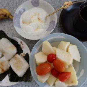 朝:海苔添え焼餅、ヨーグルト、バナナ、ミニトマト、りんご&コーヒー 昼:松月の大盛り冷やし中華 夜:魚屋の寿司&行方羊肉店の義経焼