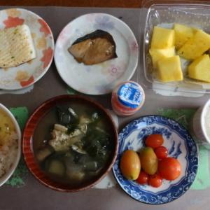 朝:烏賊焼き、ブリ煮、パインナップル、ヤクルト&野菜ジュース 昼:赤飯、味噌漬け、ミニトマト&豆乳 夜:タラのホイール蒸、昆布・竹輪・トウモロコシの煮物、カボチャ煮&たまご御飯