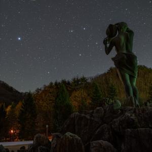 女神像とスピカとからす、そして流星
