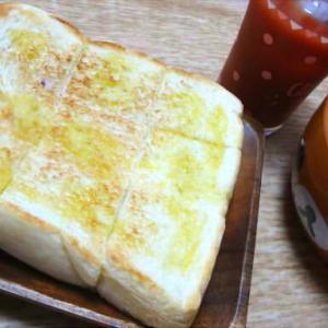 焼きそばとトースト・トマトジュース