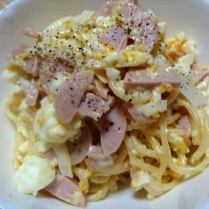 残ったパスタと卵でサラダ