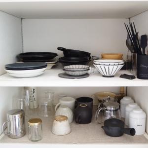 上下を変えてラクになった小さな食器棚
