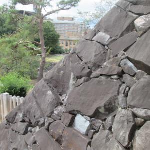 荒く割った石