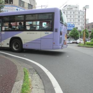 左折するバス