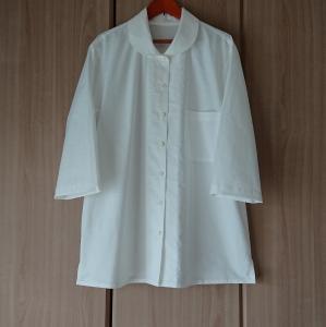丸い衿の白いブラウス
