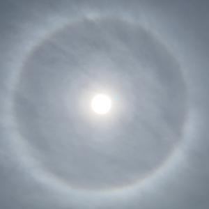 太陽の周りに光の輪