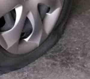 タイヤをパンクさせる輩が増えています!!!
