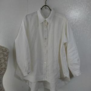 後ろ下がりの白シャツ
