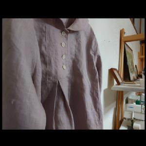 セーラーカラー風の衿が付いたヨークブラウス