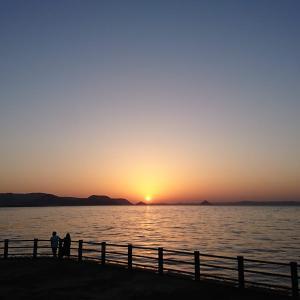 夕陽が海に沈んでいく