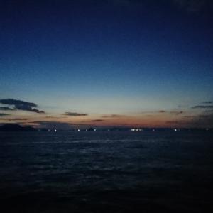 夕日が沈んで30分、海は暗い。