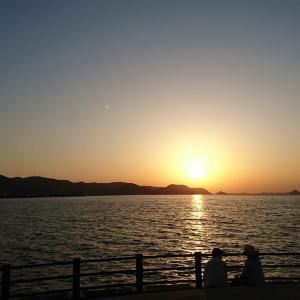 夕日が沈む。