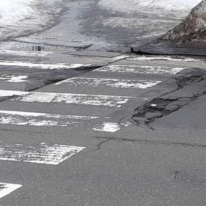 札幌・街の一コマ : 雪解け後の道路
