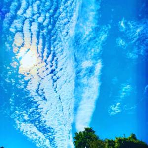 ちょと外に出たらそらに凄い雲が昨日夜中雨降ったからなぁ。小池花子 #彩雲